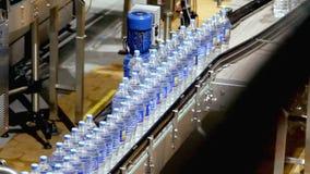 Industria del trasportatore della bottiglia di acqua archivi video