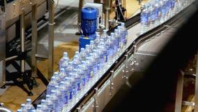 Industria del trasportatore della bottiglia di acqua stock footage