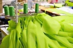 Industria dell'abbigliamento La donna cuce sulla macchina per cucire Fotografie Stock
