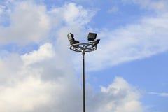 Industria di elettricità della posta della lampada contro cielo blu Fotografie Stock