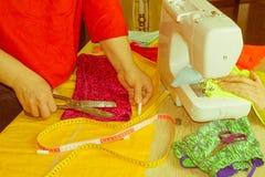 Industria di indumento, adattante concetto seduta della cucitrice della donna fotografia stock libera da diritti