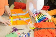 Industria di indumento, adattante concetto seduta della cucitrice della donna fotografia stock