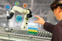 Industria 4 di Iot 0 concetti, industriale engineerblurred facendo uso dei vetri astuti con misto aumentato con la tecnologia di  Immagini Stock Libere da Diritti