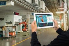 Industria 4 di Iot 0 concetti, ingegnere industriale che usando software aumentato, realtà virtuale in compressa a controllare ma fotografia stock libera da diritti