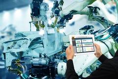 Industria 4 di Iot 0 concetti, ingegnere industriale che usando software aumentato, realtà virtuale in compressa a controllare ma fotografie stock libere da diritti