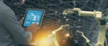 Industria 4 di Iot 0 concetti, ingegnere industriale che usando software aumentato, realtà virtuale in compressa a controllare ma fotografia stock