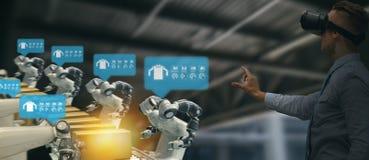 Industria 4 di Iot 0 concetti, ingegnere industriale facendo uso dei vetri astuti con aumentato misto con tecnologia di realtà vi fotografia stock