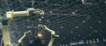 Industria 4 di Iot 0 concetti di tecnologia Fabbrica astuta facendo uso della tendenza delle armi robot di automazione con la par immagini stock libere da diritti