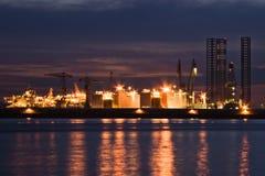 Industria di riparazione di navi e della costruzione entro la notte Immagini Stock Libere da Diritti