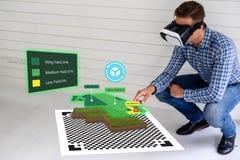 Industria elegante 4 de Iot 0 conceptos de la agricultura, agrónomo, granjero que usaba los vidrios elegantes aumentaron la reali imagen de archivo libre de regalías