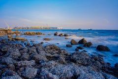 industria en el mar y en fondo del cielo azul foto de archivo