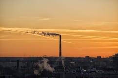 Industria en la puesta del sol fotografía de archivo libre de regalías