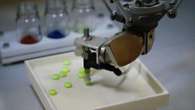 Industria farmaceutica automatica del robot Robot che ordina automaticamente le palle Il robot ordina le pillole da colore fotografie stock libere da diritti