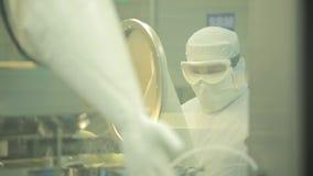 Industria farmaceutica Operaio maschio che ispeziona qualità delle pillole che imballano nella fabbrica farmaceutica automatico video d archivio
