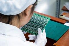 Industria femminile Manufa degli operai cinesi asiatici di elettronica immagine stock libera da diritti