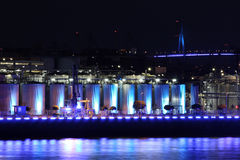 Industria illuminata blu alla notte Fotografia Stock