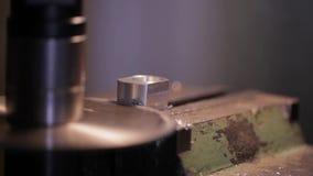 Industria metalúrgica: metal del acabamiento que trabaja en la máquina de la amoladora del torno metrajes