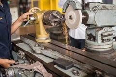 Industria metalúrgica: metal del acabamiento que trabaja en la máquina de la amoladora del torno imagenes de archivo
