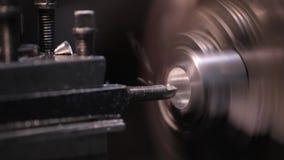 Industria metalúrgica: metal que trabaja en la máquina de la amoladora del torno almacen de metraje de vídeo