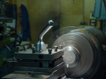 Industria metalúrgica: torno del metal del acabamiento, haciendo girar, una afición Foto de archivo libre de regalías