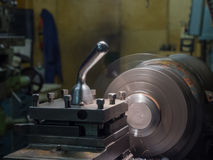 Industria metalúrgica: torno del metal del acabamiento, haciendo girar, una afición Fotografía de archivo