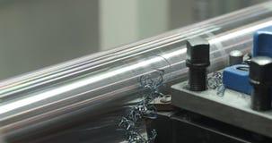 Industria metal?rgica: eje de acero del metal del corte que procesa en la m?quina del torno en taller Foco selectivo en la herram metrajes