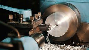 Industria metallurgica: asse d'acciaio del metallo di taglio che elabora sulla macchina del tornio in officina video d archivio