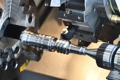 Industria metallurgica utensile per il taglio che fa albero a vite continua al funzionamento del metallo fotografia stock