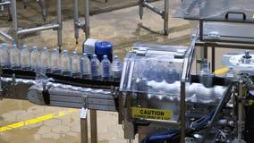 Industria moderna de la industria del transportador de la botella de agua almacen de video