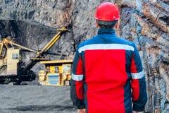 Industria pesante Duri lavori Casco protettivo rosso Casco di sicurezza il lavoratore in vestiti speciali fotografia stock libera da diritti