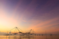 Industria pesquera en Asia durante salida del sol Foto de archivo libre de regalías