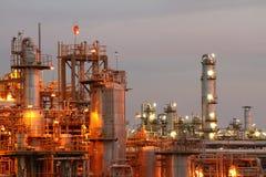 Industria petrochimica sul tramonto. Fotografie Stock