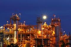 Industria petrochimica sul tramonto. Fotografia Stock