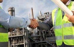 Industria petrolifera dei due assistenti tecnici immagini stock libere da diritti