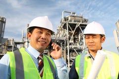 Industria petrolifera dei due assistenti tecnici Immagini Stock