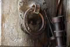 Industria siderúrgica antigua en la puerta de madera masiva de la iglesia de Santo Sepulcro, Jerusalén, Israel fotografía de archivo libre de regalías