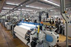Industria tessile - tessendo e deformando fotografia stock libera da diritti