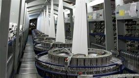 Industria textil - carretes del hilado en la hiladora almacen de video
