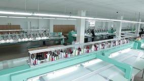 Industria textil con las máquinas para hacer punto en fábrica metrajes