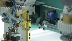 Industria textil con las máquinas para hacer punto en fábrica almacen de video