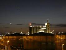 Industria y los tanques de almacenamiento de aceite en la oscuridad II fotos de archivo libres de regalías