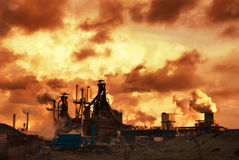 Industria y puesta del sol fotografía de archivo
