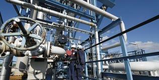 Industria y trabajadores de petróleo imagen de archivo