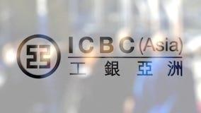 Industrial e Commercial Bank do logotipo de China ICBC em um vidro contra a multidão borrada no steet Rendição 3D editorial Imagens de Stock