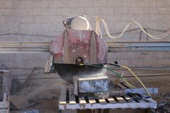 Industrial Machine for cutting slabs of rock into smaller pieces Stock Photography