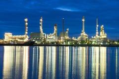 Industriale della raffineria di petrolio nell'alba Fotografia Stock