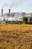 Industriale di fumo vicino al filde in Tailandia Fotografia Stock