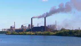 Industriale, pianta metallurgica nella città che lavora in pieno potere Fumo dai tubi stock footage