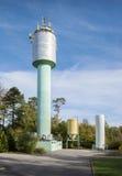 Industrianläggning med tornet och silon Royaltyfri Fotografi