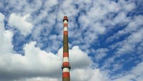 Industrianläggninglampglas utan rök, moln som förbigår i bakgrund arkivfilmer